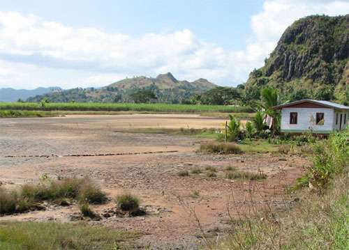 Sur l'île de Vanua Levu à Fidji, tanne bordé par des plantations de canne à sucre et de l'habitat © JM Lebigre Reproduction et utilisation interdites