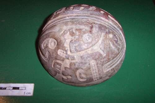 Fig. 25 : Récipient en pierre, bicolore, décoré de figures animales © J. Guffroy IRD