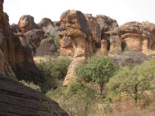 Les paysages escarpés constituent les zones refuges pour les espèces sensibles à la sélection d'origine anthropique (Falaises de Kita, Mali - 2004) © Photo Philippe Birnbaum - Tous droits de reproduction réservés