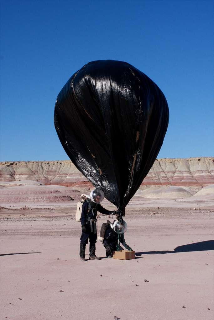 Déploiement du ballon pour un premier essai. L'engin est monté aussi haut que ses 90 mètres de corde le lui permettaient et a fourni à l'équipe des données atmosphériques et des images du site. © MDRS 175 / Supaéro