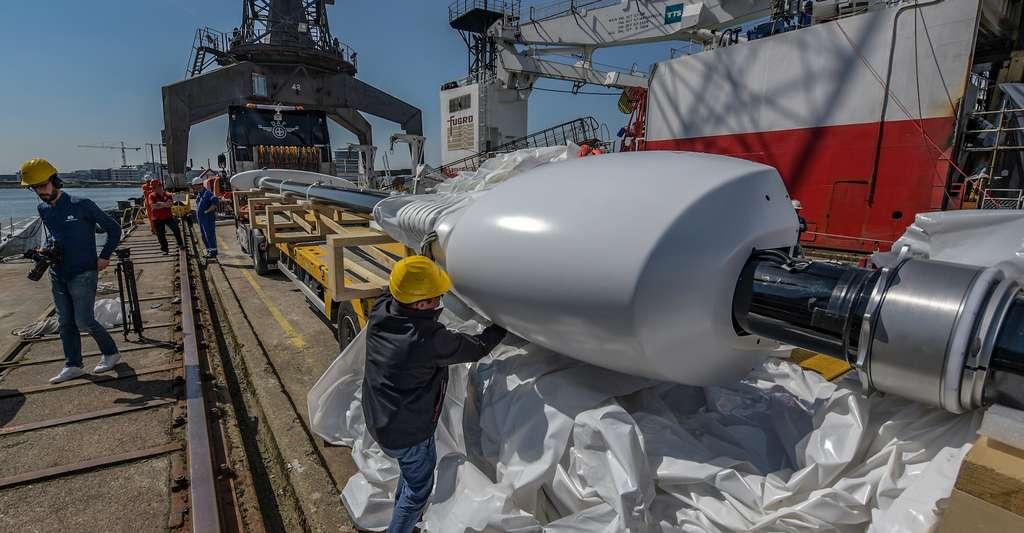 Dans le port d'Amsterdam, il n'aura fallu qu'un seul jour pour installer les ailes Oceanwings® sur le navire Energy Observer. «Une grande réussite technologique», commente Victorien Erussard. © Amélie Conty, Energy Observer
