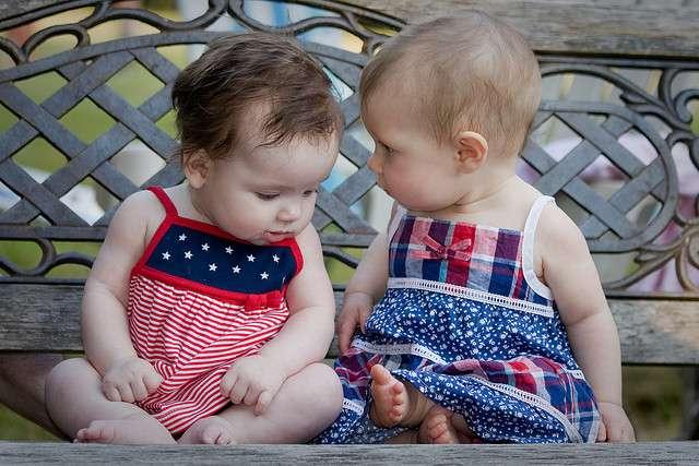 À défaut de savoir bien parler, les bébés savent vite comprendre et interpréter nos paroles. Leur cerveau jeune ne cesse de grossir et a soif d'apprendre. © Deanwissing, Flickr, cc by sa 3.0