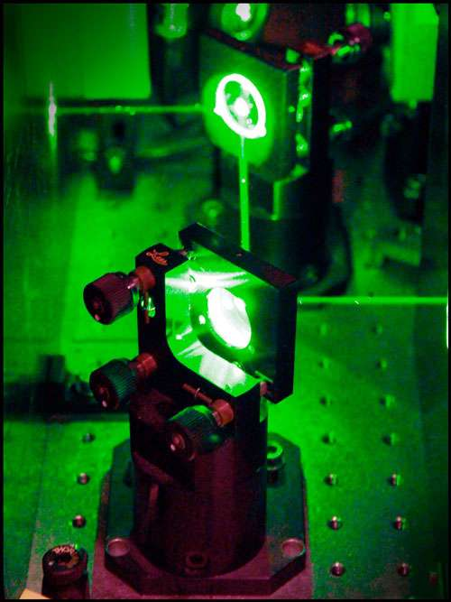 Le faisceau laser utilisé par les chercheurs pour refroidir la nanomembrane semi-conductrice. © Ola J. Joensen