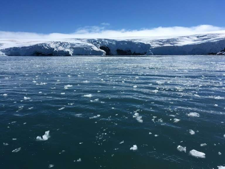 L'eau de fonte des glaciers et l'eau de l'océan s'infiltrent par les crevasses et menacent de fracturer la calotte galciaire. © Mathilde Bellenger, AFP, Archives