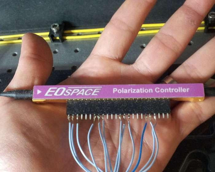 On voit ici le contrôleur de polarisation des photons reçus équipant le dispositif permettant de mettre en pratique la technique de reference frame independent QKD, (rfiQKD), c'est-à-dire transmission de clé indépendante du référentiel. © Laing, et al.