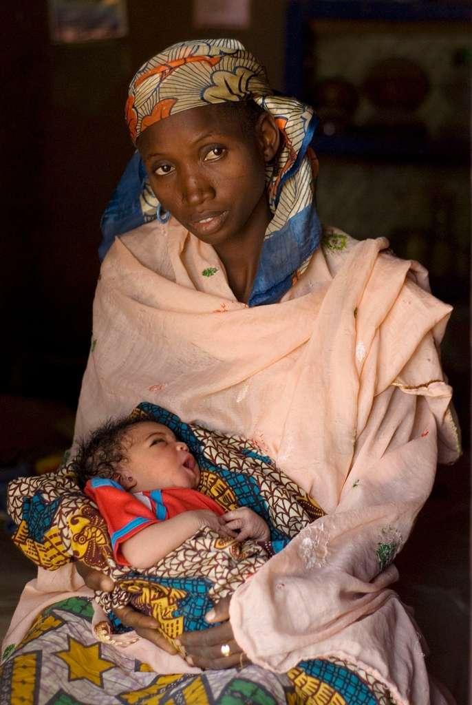 Dans le monde, l'Onu a estimé à 330.000 le nombre d'enfants infectés par le VIH à la naissance durant l'année 2011. Il existe pourtant des traitements limitant fortement le risque de contamination de la mère à l'enfant, mais les régions du monde les plus touchées par le Sida, comme l'Afrique subsaharienne, n'y ont presque pas accès. © Soumik Kar, Fotopédia, cc by sa 2.0