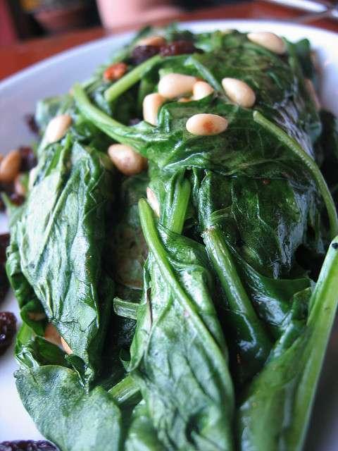 L'acide folique, ou vitamine B9, se retrouve principalement dans les légumes verts feuillus. Les médecins conseillent aux femmes désireuses d'avoir un enfant ou enceintes de prendre des suppléments d'acide folique afin d'éviter que leur fœtus souffrent d'anomalies du tube neural. Mais les hommes aussi sont concernés car une carence en acide folique pourrait affecter la qualité de leurs spermatozoïdes. © pengrin™, Flickr, cc by nc 2.0