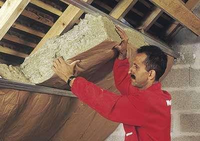 Pose de laine de roche en panneaux (Easyrock) avec pare-vapeur en papier kraft, toujours orienté vers l'intérieur de la pièce. © Rockwool
