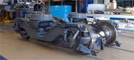 Le bogie motorisé, innovation de l'AGV. Il se glisse à l'articulation entre deux voitures, permettant de constituer des rames très longues, de 7 à 14 voitures. © Alstom
