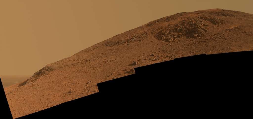Image mosaïque en vraies couleurs de la pente que gravit Opportunity, sur le flanc sud de la vallée de Marathon. La crête de Knudsen, tout en haut, offrira au rover un point de vue magnifique sur le cratère Endeavour (22 km de diamètre). © Nasa, JPL-Caltech, Cornell Univervisity, Arizona State University