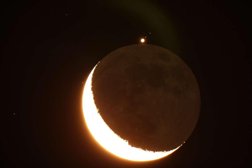 Jupiter est de retour vers 4 h 10, accompagnée de deux de ses satellites, Ganymède et Callisto. © Philastro