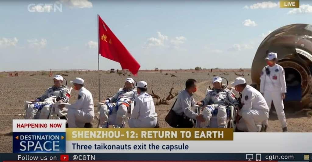 Retour sur Terre de l'équipage de Shenzhou-12 (17 septembre 2021) avec, Tang Hongbo (1er vol), Nie Haisheng (commandant, 3e vol) et Liu Boming (2e vol). © CGTN