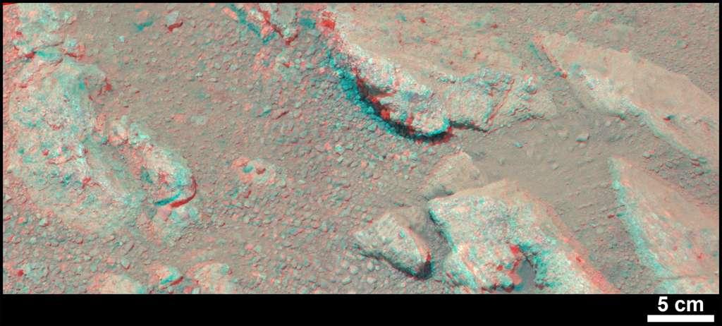 Vue en relief des cailloux figés dans le substrat inspecté par la caméra MastCam de Curiosity (nécessite des lunettes anaglyphes). © Nasa, JPL-Caltech, MSSS