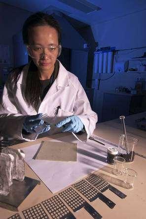 Rosalie Louey au laboratoire, devant les composants de l'UltraBattery. Son principe est le couplage d'un supercondensateur, augmentant la vitesse de la charge et de la décharge, et d'une batterie au plomb classique, apportant une capacité importante. © CSIRO