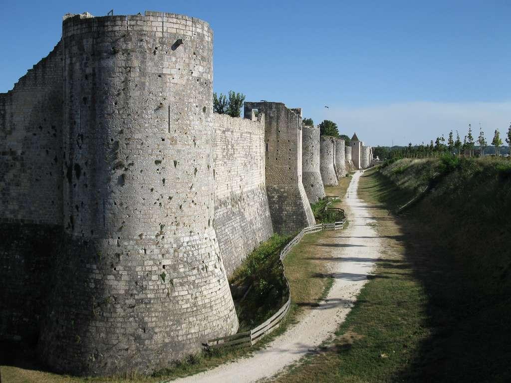 Vue des remparts de Provins (Seine-et-Marne), ville de foire médiévale : remparts édifiés entre le XIe et le XIIIe siècle, d'une longueur de 5 km à l'origine. Provins est classée au Patrimoine Mondial de l'Humanité par l'UNESCO. © Wikimedia Commons, domaine public.