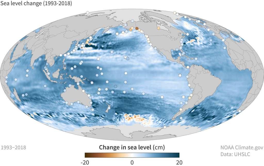 Dans certaines régions, le niveau de la mer est monté de 15 à 20 cm entre 1993 et 2018. Les pastilles de couleur correspondent aux régions où la hausse est amplifiée ou atténuée par des phénomènes géologiques. © NOAA Climate.gov