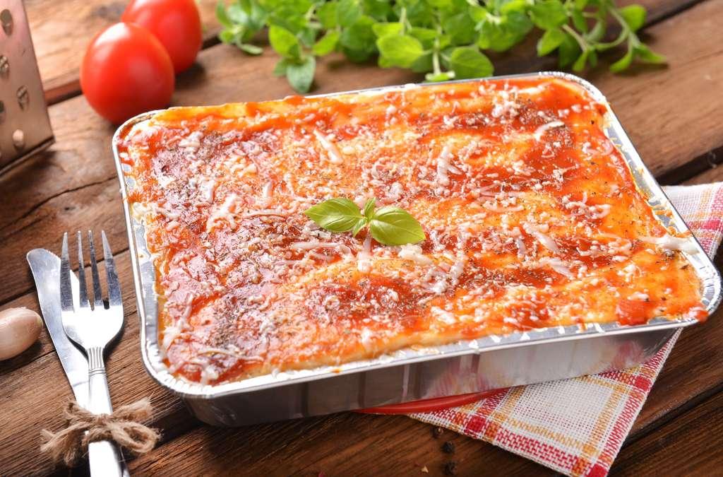 Contrairement à ce que l'on pense, il n'est pas dangereux de réchauffer ses aliments au micro-ondes dans un contenant métallique, mais cela risque de moins bien chauffer. © kwasny221, Fotolia
