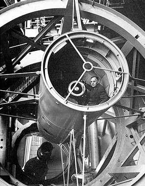 E. Hubble dans la cage d'observation du télescope Hale de 5 mètres de diamètre. Crédits : observatoire du Mont Palomar