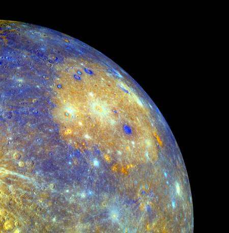 Photo 1. Cliquez pour agrandir. Un zoom sur le bassin Caloris, pour l'interprétation des fausses couleurs se reporter à la photo suivante. Crédit : Nasa