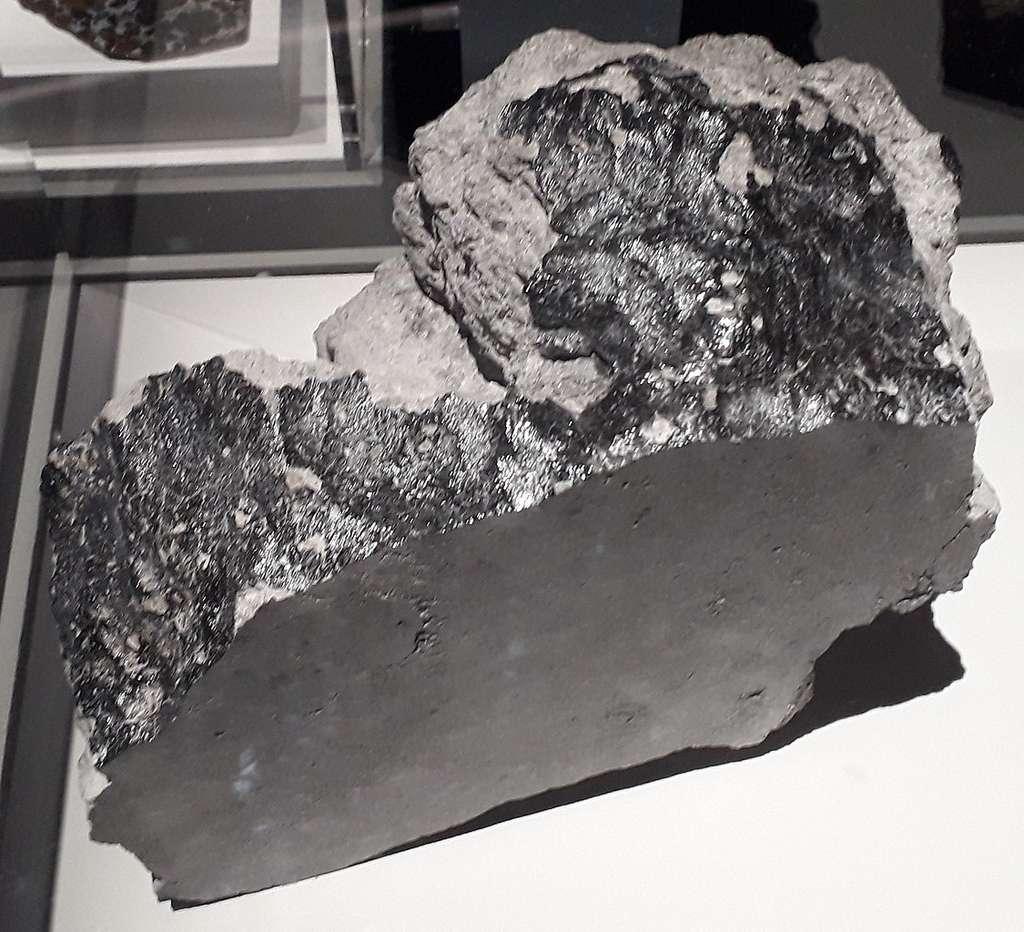 Météorite Juvinas, tombée en 1821 en France. C'est une eucrite, c'est-à-dire une achondrite basaltique, qui provient probablement de l'astéroïde Vesta. Exposée à Paris à l'occasion de l'exposition Météorites, entre ciel et terre, dans le bâtiment de la Grande galerie de l'évolution, au Muséum national d'histoire naturelle de Paris (18 octobre 2017 - 10 juin 2018). © Ariel Provost, CC by-sa 4.0