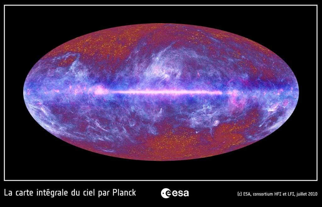 Le ciel micro-ondes vu par le satellite Planck. Cette image couleur a été créée à partir des données Planck obtenues dans neuf bandes de fréquence, comprises entre 30 et 857 GHz, c'est-à-dire dans le domaine des ondes submillimétriques, millimétriques et centimétriques (aussi appelées micro-ondes). Notre galaxie, la Voie lactée, est bien visible dans l'image comme une bande claire horizontale. Une grande région du ciel est illuminée par notre galaxie, comme en témoignent ces structures claires et filamenteuses qui s'étendent bien au-delà du plan de notre Voie lactée. Ces émissions ont pour origine le gaz et les poussières du milieu interstellaire. Le rayonnement fossile est visible sur cette image sous la forme de structures granulaires rougeâtres, principalement visibles au haut et en bas de l'image, où l'émission de notre galaxie est très faible. Cette image montre qu'il est possible de séparer ces deux émissions, dans de petites régions bien définies (en haut et en bas de l'image). Cependant, les scientifiques de Planck développent des méthodes sophistiquées de traitement d'image pour séparer ces deux composantes sur presque la quasi-totalité du ciel ! Cette image provient des données de Planck collectées pendant les neuf premiers mois de sa mise en service. © Esa, HFI & LFI Consortia