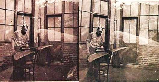 Cette image stéréoscopique est véritablement un document historique. Elle montre Clément Ader, probablement à son domicile, devant la maquette d'une de ses machines volantes. © Creative Commons