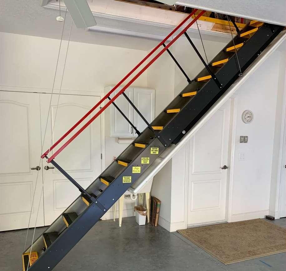 L'escalier escamotable sert à accéder facilement et rapidement au grenier. © majicstairsinc.com