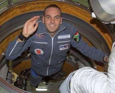 Mark Shuttleworth, Sud-Africain, fondateur de Ubuntu, libéré de la pesanteur, flotte en orbite dans l'ISS, en 2002. © DR