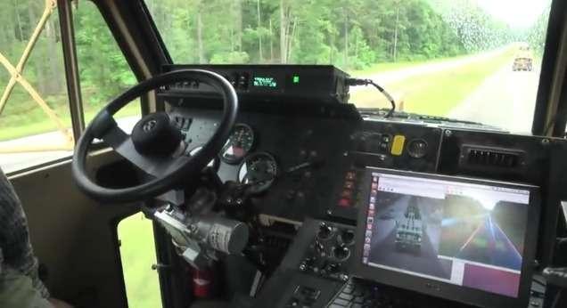 Cette capture extraite d'une vidéo publiée sur YouTube par l'armée états-unienne montre la cabine de l'un des camions militaires autonomes. Les technologies qu'utilisent ces engins sont similaires à celles développées par les constructeurs automobiles et Google. © Department of Defense