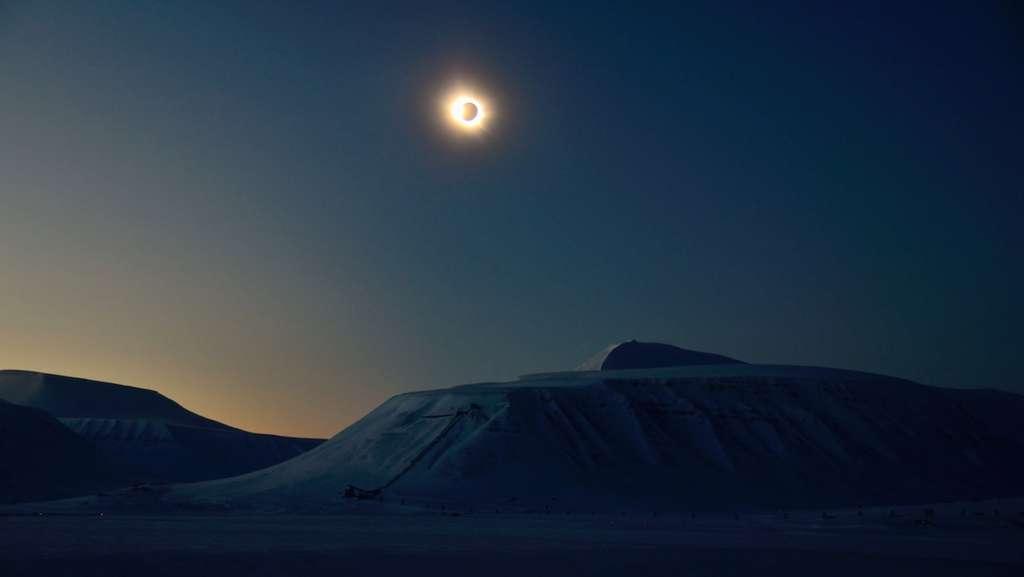 La nuit en plein jour, le 20 mars 2015, au moment de la totalité au-dessus de l'archipel de Svalbard. © Ivar Marthinusen