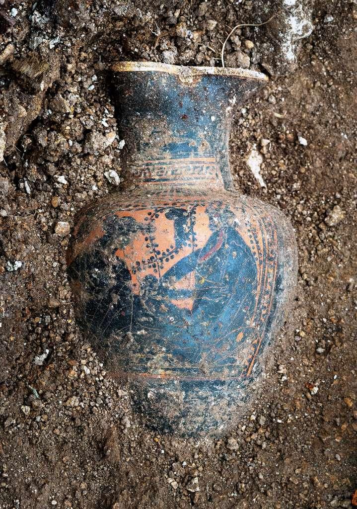 Cruche à vin grecque dont le décor représente Dionysos dans une scène de banquet. © Denis Gliksman, Inrap