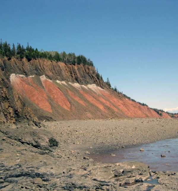 Une vue d'une partie restante de la Central Atlantic Magmatic Province marquant la fragmentation de la Pangée il y a 200 millions d'années. On voit bien en haut de l'affleurement les couches basaltiques provenant des flots de lave crachés par les fissures de l'époque. © Jessica H. Whiteside, Brown University