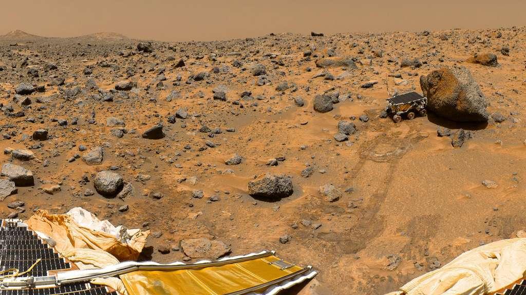 Panorama pris par une caméra sur le mât de l'atterrisseur Pathfinder en 1997. On peut y voir, à droite, le rover Sojourner en contact avec un rocher nommé « Yogi ». Les deux collines à l'arrière-plan, à gauche, sont « Twin Peaks ». © Nasa, JPL