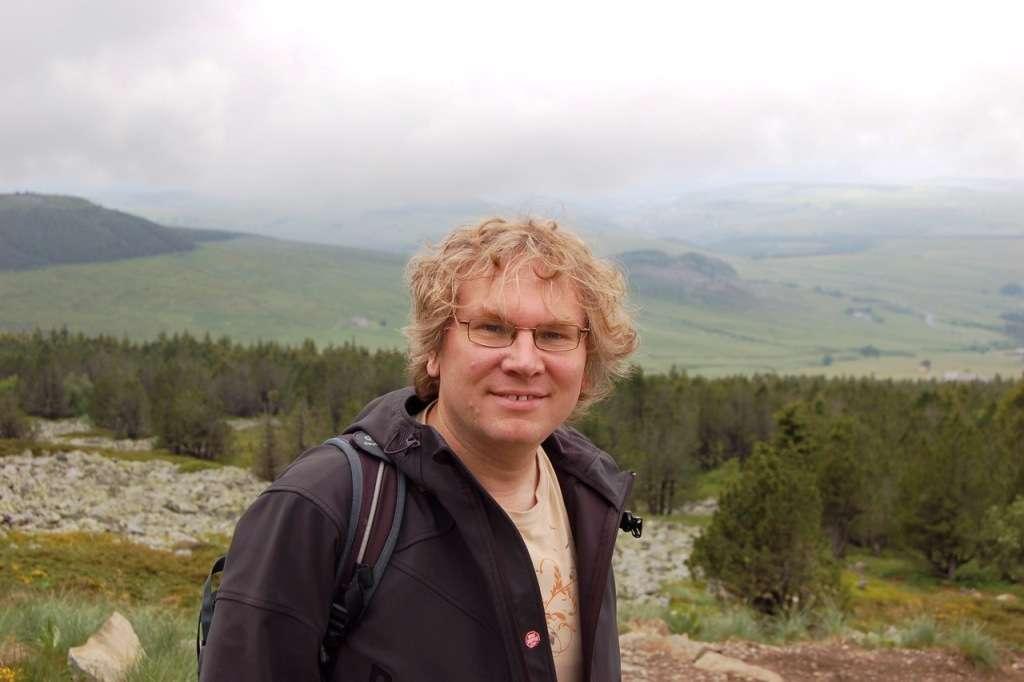 Jean Orloff est professeur à l'université Blaise Pascal et membre du laboratoire de Physique corpusculaire de l'IN2P3/CNRS à Clermont-Ferrand. Il a passé une thèse de doctorat avec François Englert, et connaissait bien son collègue et ami Robert Brout. Ses travaux portent sur la matière noire et la physique des saveurs de quarks et de leptons. © Jean Orloff