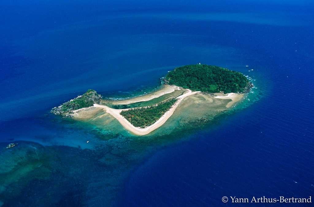 Une île allongée sur la Grande Barrière de corail