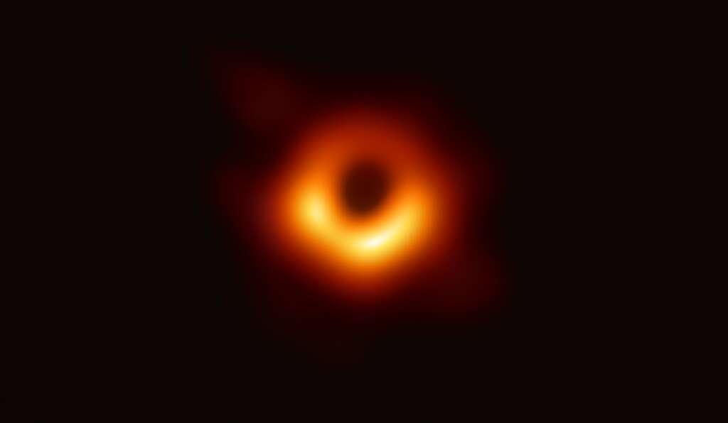 Les astrophysiciens ont obtenu la première image d'un trou noir en utilisant les observations du télescope Event Horizon du centre de la galaxie M87. L'image montre un anneau lumineux formé par la lumière qui se courbe de manière intense autour d'un trou noir 6,5 milliards de fois plus massif que le Soleil. L'angle de vue n'est pas le même mais la ressemblance avec le dessin réalisé par Jean-Pierre Luminet est frappante. © Event Horizon Telescope Collaboration