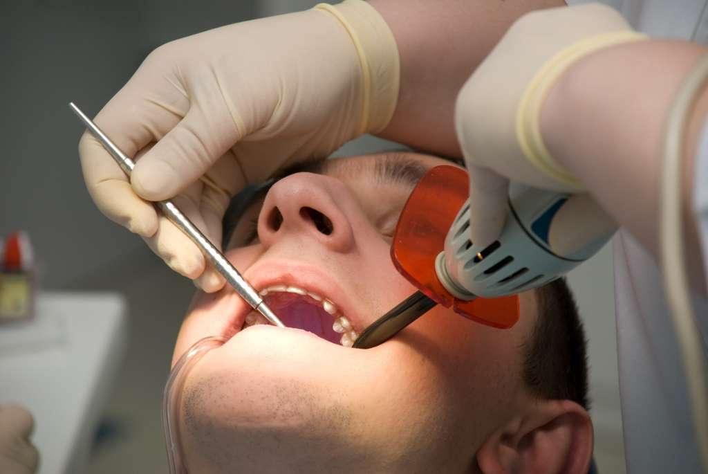 Aller chez le dentiste n'est pas du tout synonyme de risque de tumeur au cerveau. Dans cette étude, le lien a été significatif, mais le méningiome restant malgré tout très rare, cela ne concerne que 7 personnes sur 100.000. © Yuris / Stock Free Images & Dreamstime Stock Photos