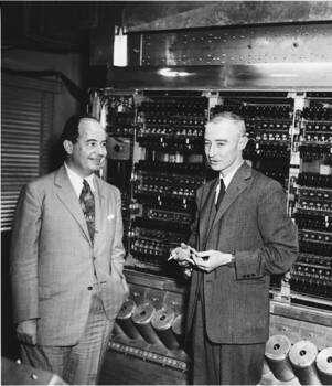 John Von Neumann et Robert Oppenheimer deavnt un des premiers ordinateurs à Princeton. Crédit : IAS Princeton University