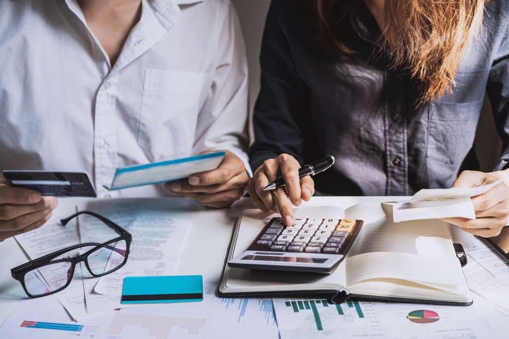 Dans le cadre d'un crédit immobilier, comparer les offres d'assurance emprunteur peut faire réaliser une économie substantielle. © Kittiphan, Adobe Stock