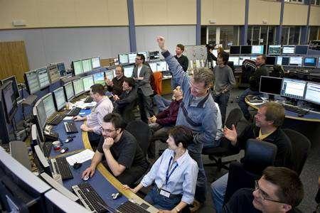 Cliquer sur l'image pour l'agrandir. Le sourire et l'enthousiasme des physiciens du Cern dans la chambre de contrôle du LHC, le CERN Control Centre, le matin du 19 mars 2010, avec un nouveau record du monde pour les énergies des faisceaux de particules. Crédit : Maximilien Brice-Cern