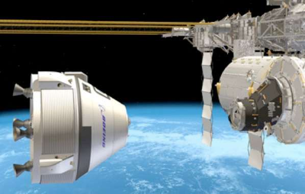 Vue d'artiste du CST-100 s'amarrant à la Station spatiale internationale. Ce projet de Boeing répond à une demande de la Nasa d'un véhicule réalisé par une entreprise privée pour relever les équipages de l'ISS après le retrait du service de la flotte de navettes spatiales. © Boeing