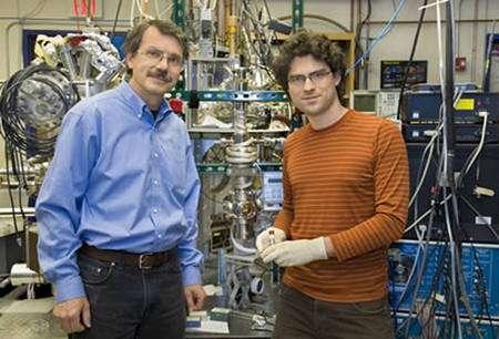Alex Zettl (gauche) en compagnie de Kenneth Jensen. Crédit : Zettl Research Group, Lawrence Berkeley National Laboratory and University of California at Berkeley. Photo de Roy Kaltschmidt