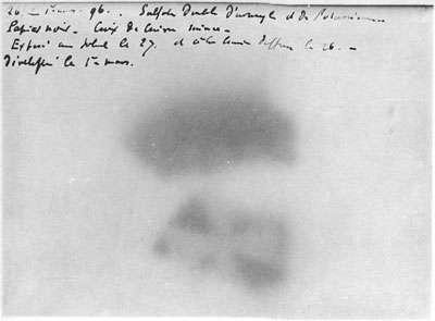 Les rayonnements de l'uranium dessinent l'ombre d'une croix de cuivre