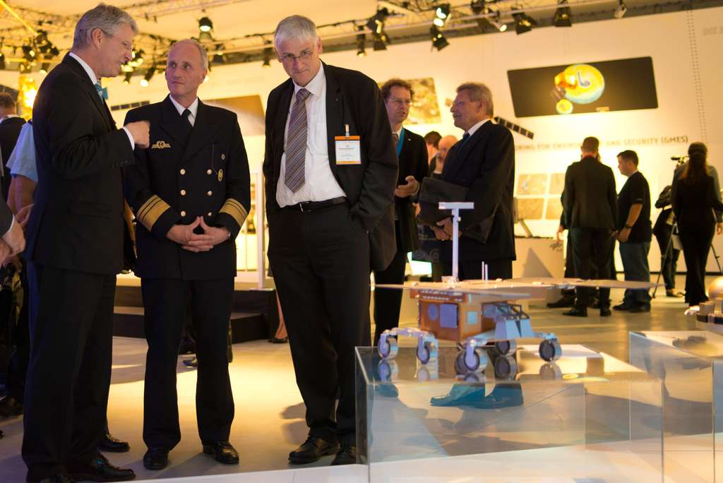 Thomas Reiter (à gauche) dans le pavillon de l'Esa du salon aéronautique ILA de Berlin. © Esa/M. P