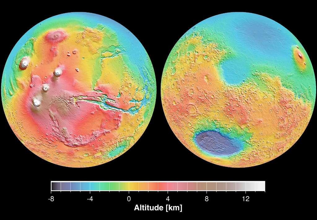 La grande dichotomie martienne : la planète Mars est littéralement scindée en deux hémisphères distincts : au sud, des hauts plateaux cratérisés et anciens, et au nord, des plaines bien plus jeunes. © Nasa, JPL, Mola Science team