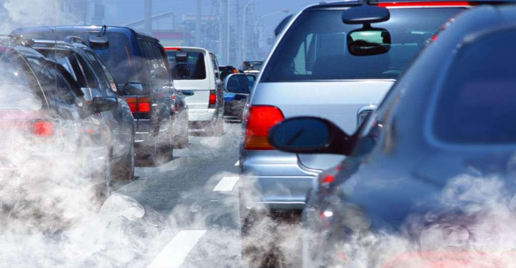 Pollution par les gaz d'échappement des voitures. © Ssuaphotos, Shutterstock