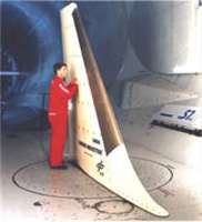 Préparation d'un essai sur une maquette de dérive, pour la réduction de la traînée de frottement A320, dans la grande soufflerie de Modane (S1). Les simulations en soufflerie et les essais en vol sont précieux pour la validation des différentes méthodes de prévision de la traînée. © Onera