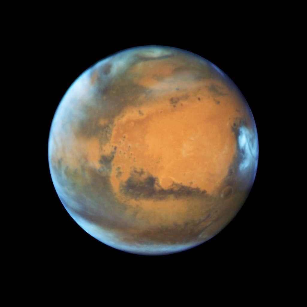 La Terre et Mars s'alignent avec le Soleil à peu près tous les 26 mois (c'est l'opposition). La distance entre les planètes est alors minimale, ce qui explique pourquoi les missions à destination de Mars sont lancées à ce rythme. Pour l'opposition de cette année, qui vient tout juste de survenir, la distance est la plus petite depuis 11 ans, et le record de 2003. Actuellement, Mars se situe à moins de 76 millions de kilomètres de la Terre. © Nasa, Esa, Hubble Heritage Team