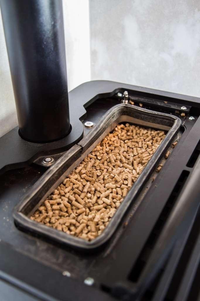 L'installation d'un poêle à granulés implique de la rigueur. © HildaWeges, Adobe Stock
