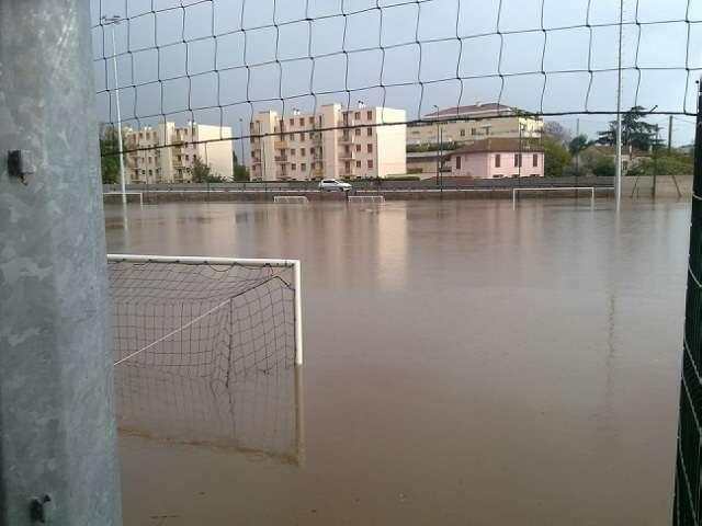 Un terrain de football inondé par la crue de novembre 2011 à Saint-Raphaël (Var). ©️ Service Hydraulique Cours d'Eau (SHCE)/Cavem